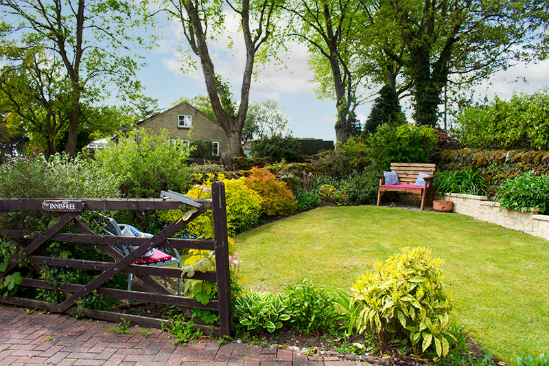 Innisfree Cottage B&B relaxing front garden