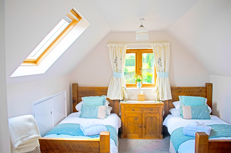 Twin bedroom with external private bathroom